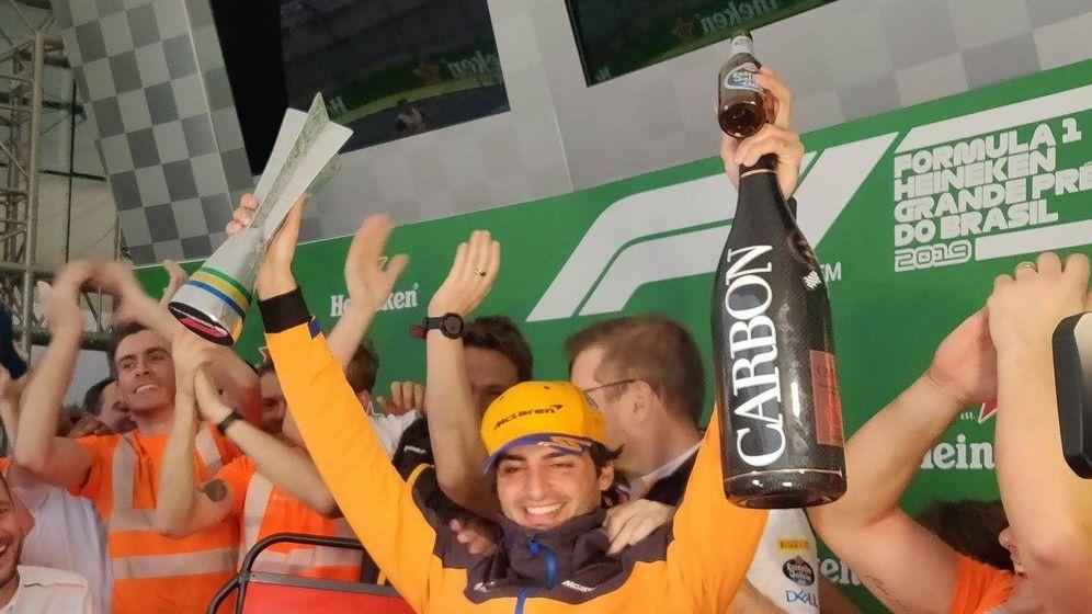 Foto: Carlos Sainz en el podio del GP de Brasil 2019. (@McLaren)