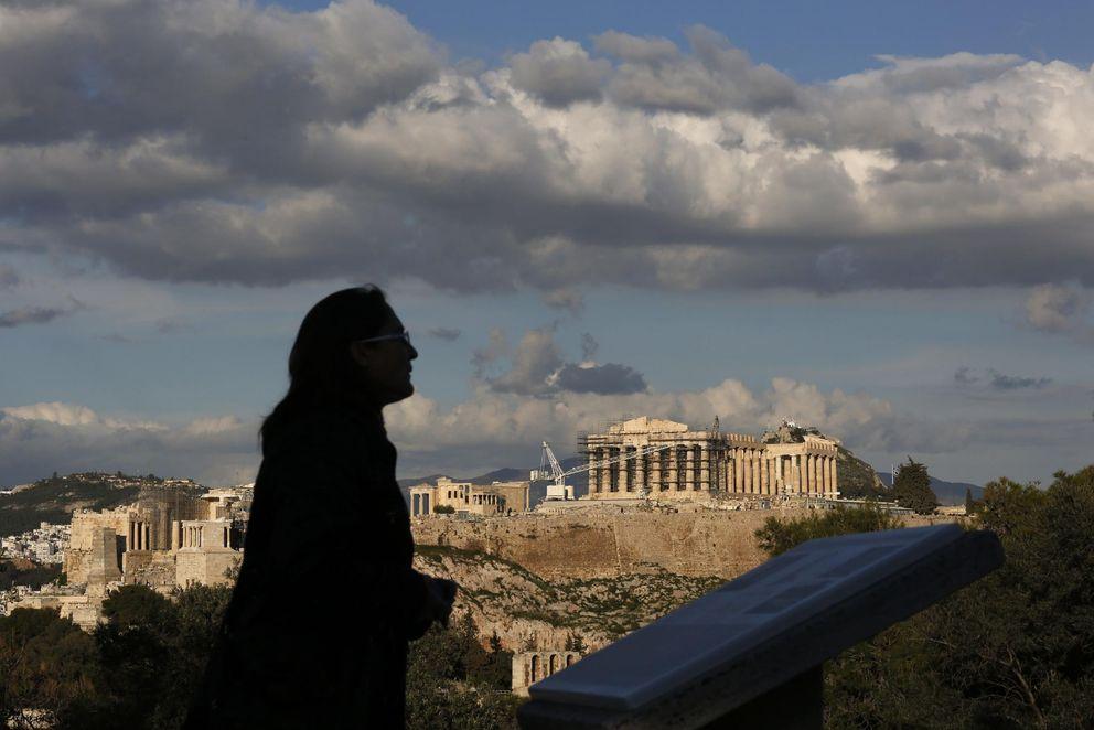 Foto: Una mujer visita la colina de Filopapos, a corta distancia de la Acrópolis, en Atenas, el 7 de febrero. (Reuters)