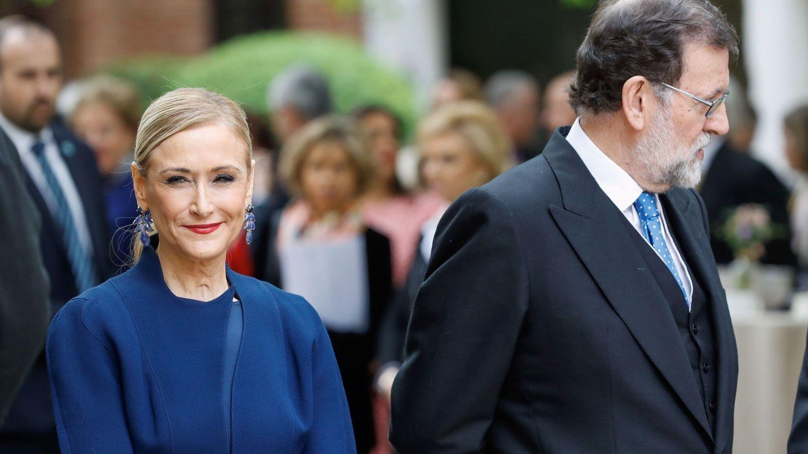 Foto: Cristina Cifuentes y Mariano Rajoy, en el acto de entrega del Cervantes. (EFE)