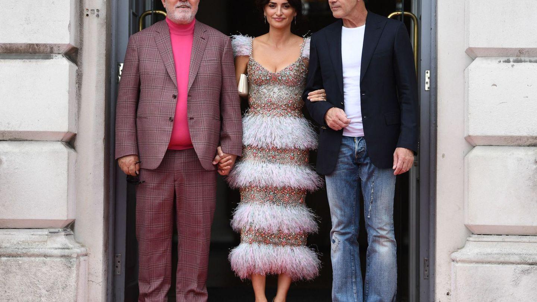 En el estreno de 'Dolor y Gloria' en Londres, con Almodóvar y Banderas. (EFE)
