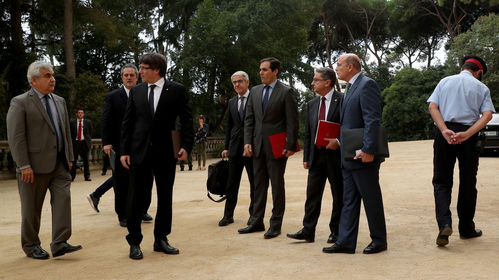 Foto: Los participantes en la Junta de Seguridad de Cataluña caminan hacia el Palau de Pedralbes para reunirse sobre el dispositivo del 1-O. (Reuters)