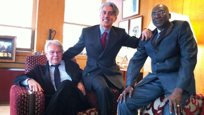 El expresidente del Gobierno Felipe González (i), Massoud Zandi y el ministro del Chad. (EC)
