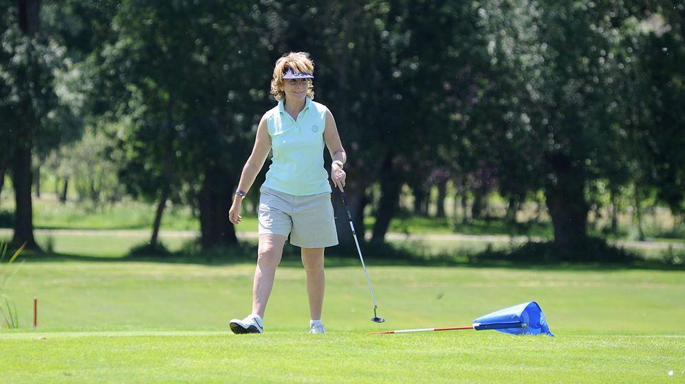 Foto: Esperanza Aguirre, jugando al golf en Ávila. (Gtres)