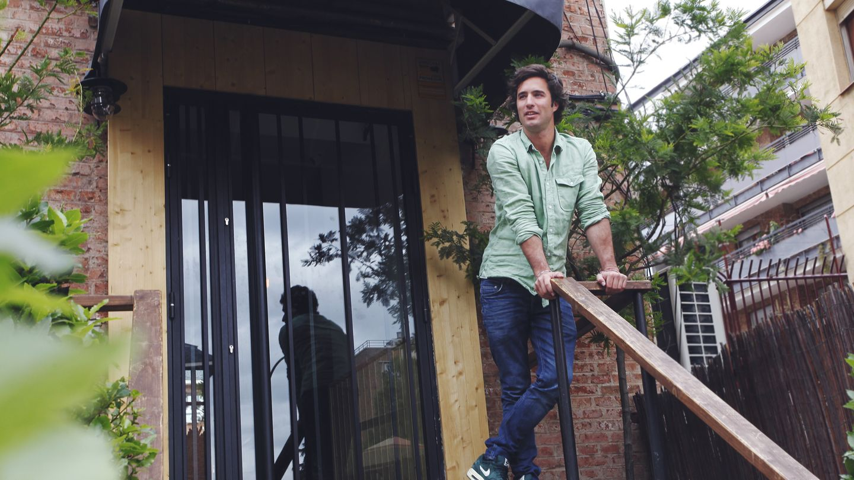 Fernando Nicolás en la puerta de su local (Enrique Villarino)