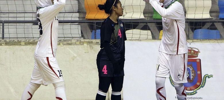 Foto: Dos jugadoras de la selección iraní, obligadas a lucir el 'hiyab', celebran un gol frente a Malasia en el Mundial femenino de fútbol sala