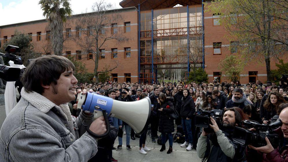 Foto: Un grupo de estudiantes de la Universidad Rey Juan Carlos (URJC) protestan tras las supuestas irregularidades del máster de Cifuentes. (EFE)