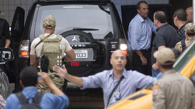 Sérgio Cabral, durante su traslado a la cárcel, el 17 de noviembre de 2016. (EFE)