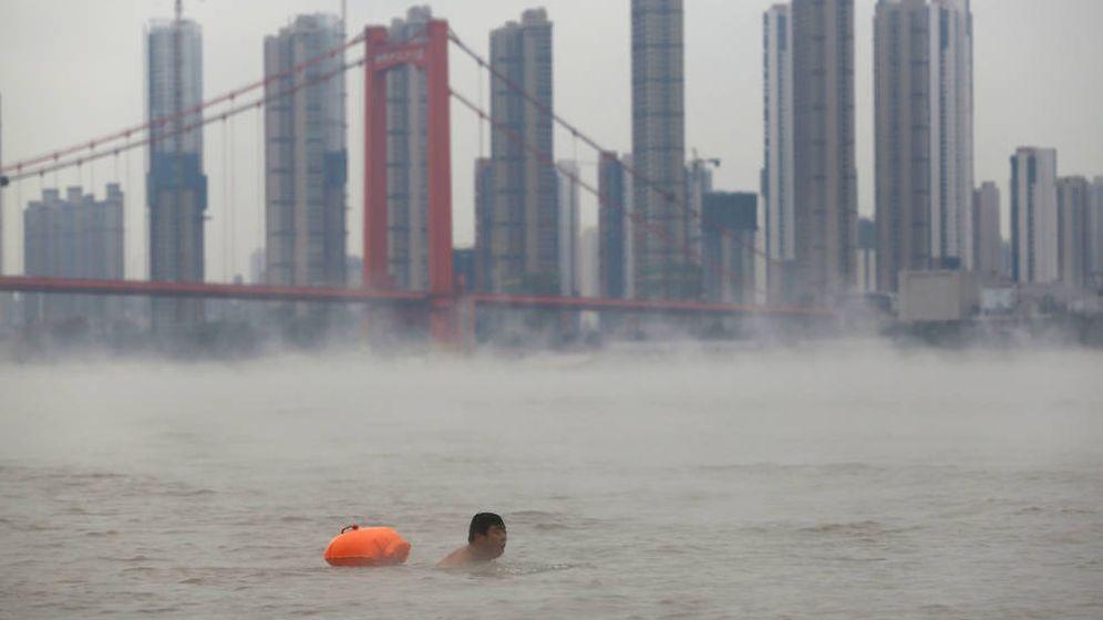 Foto: Un habitante de Wuhan nada en el río Yangtsé. (Reuters)