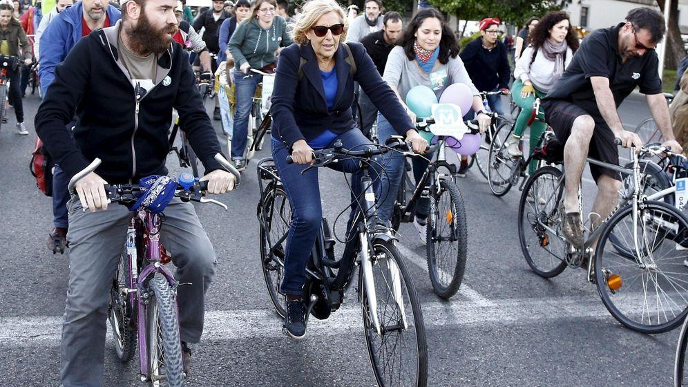 Foto: La alcaldesa de Madrid, Manuela Carmena, durante una marcha ciclista durante la campaña para reivindicar el uso de este transporte. (Reuters)