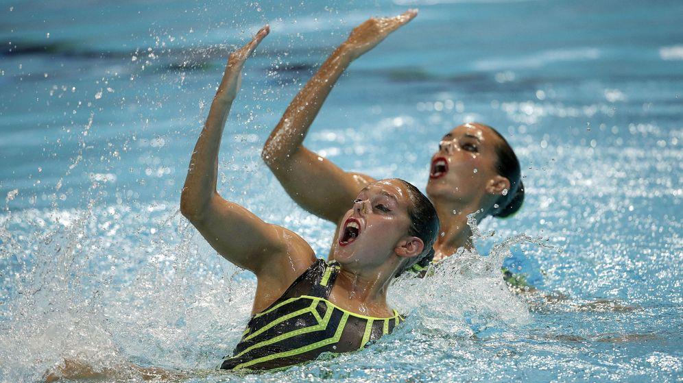 Foto: Clara Camacho y Ona Carbonell, durante la final de dúo técnico (Efe).