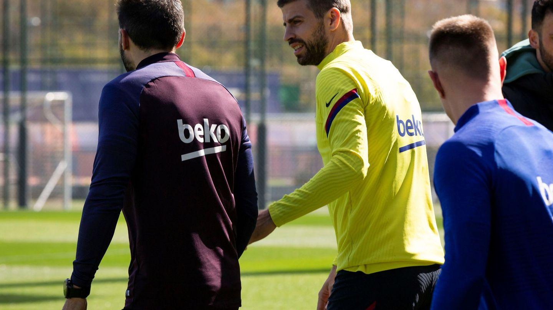 Piqué y Eder Sarabia salen juntos al entrenamiento del FC Barcelona. (Efe)