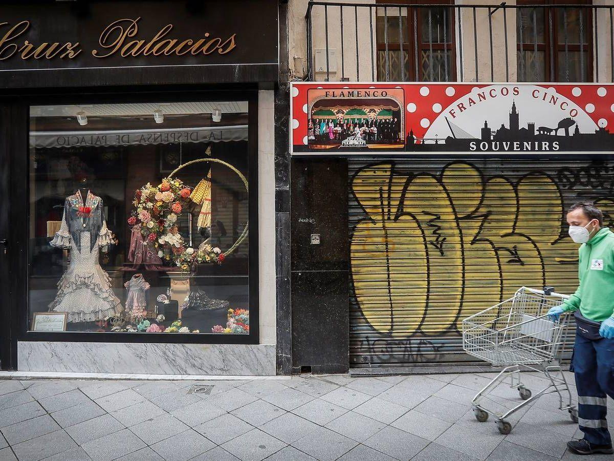 Foto: Imagen de tiendas cerradas en Sevilla. (EFE)