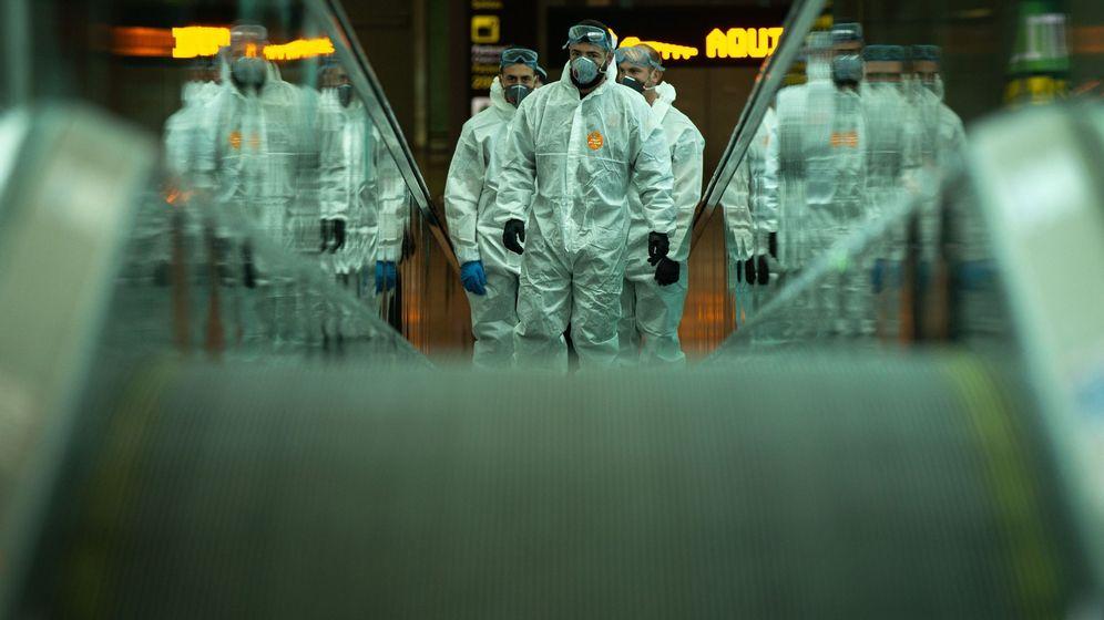 Foto: El Ejército, desplegado en el Aeropuerto del Prat para desinfectarlo de coronavirus. (EFE)