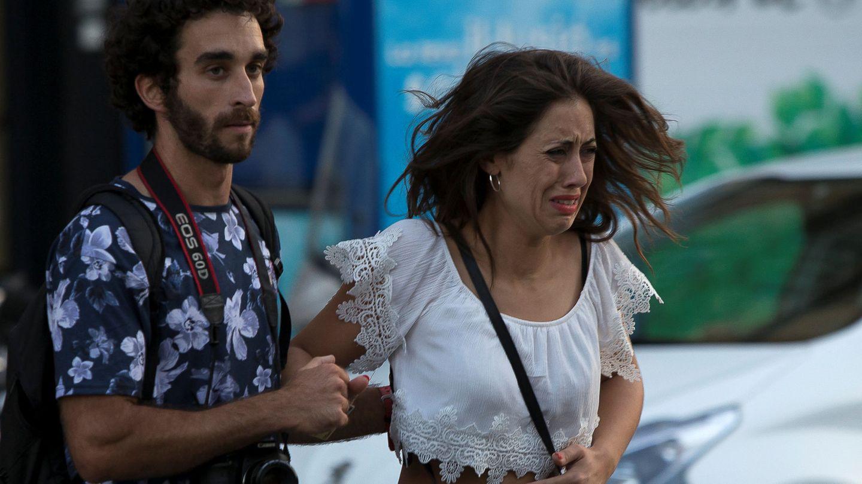 Dos viandantes son evacuados de las Ramblas de Barcelona. (Reuters)