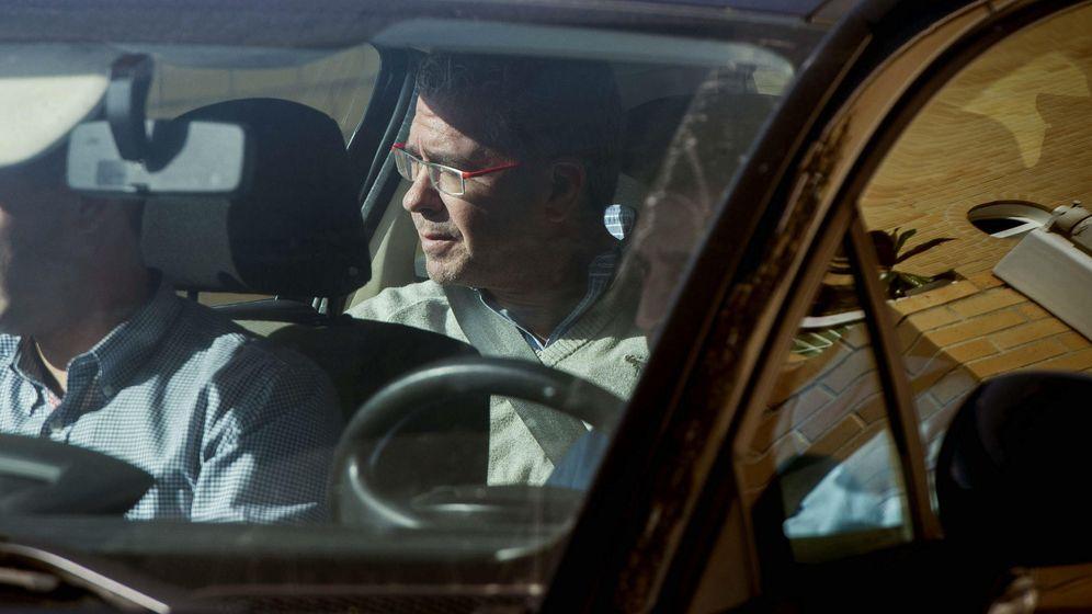 Foto: Francisco Granados sale custodiado de su domicilio. (EFE)