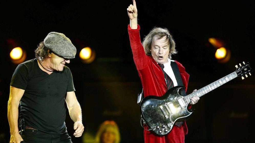 Foto: Brian Johson y Angus Young (d), dos de los integrantes de la legendaria banda de hard rock AC/DC, durante su actuación esta noche en el Estadio Olímpico de Barcelona. (Efe)
