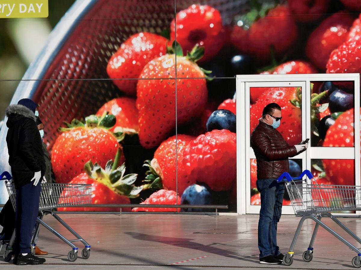 Foto: Gente esperando para entrar al supermercado durante la pandemia. (Reuters)