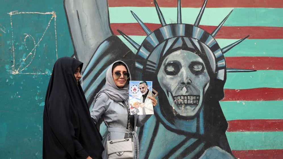 Foto: Una manifestante sostiene un retrato de Soleimani durante una protesta anti-EEUU, en noviembre de 2018 en Irán. (Reuters)