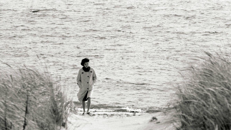 Foto: Jacqueline Kennedy, en la playa de Hyannisport (Massachusetts), en 1960, poco antes de convertirse en Primera Dama. / PAUL SCHUTZER - GETTY