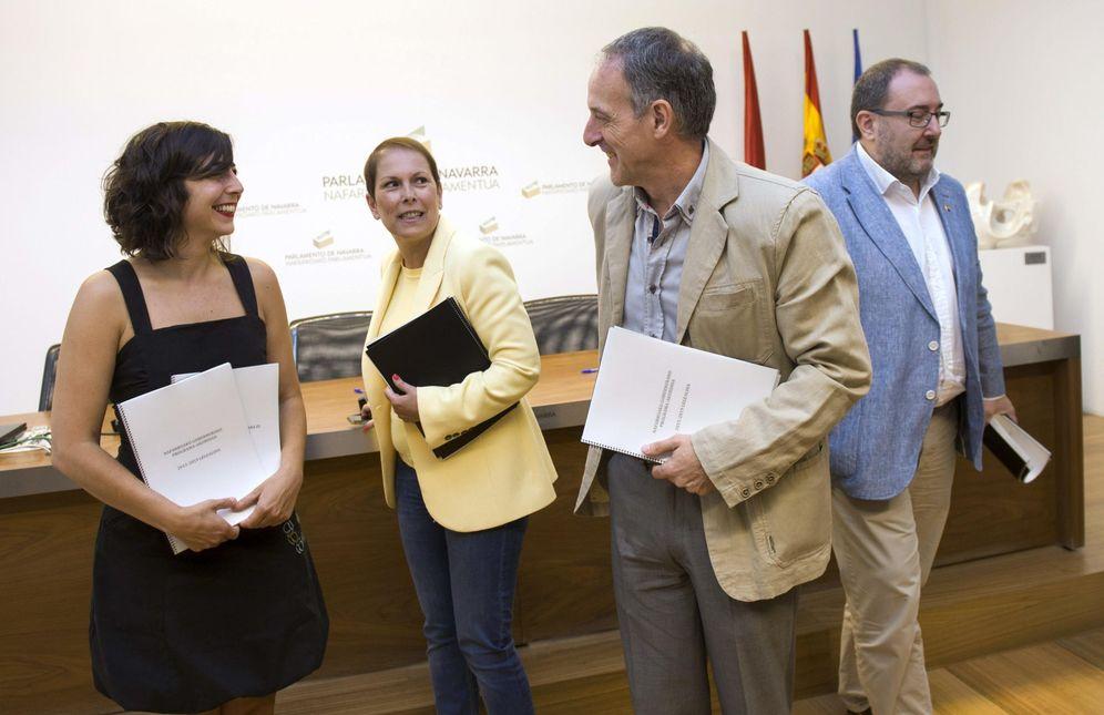 Foto: Uxue Barkos, tras la firma del acuerdo programático con sus socios de gobierno en julio de 2015: Laura Pérez de Podemos, Adolfo Araiz de Bildu, y José Miguel Nuin de I-E. (EFE)