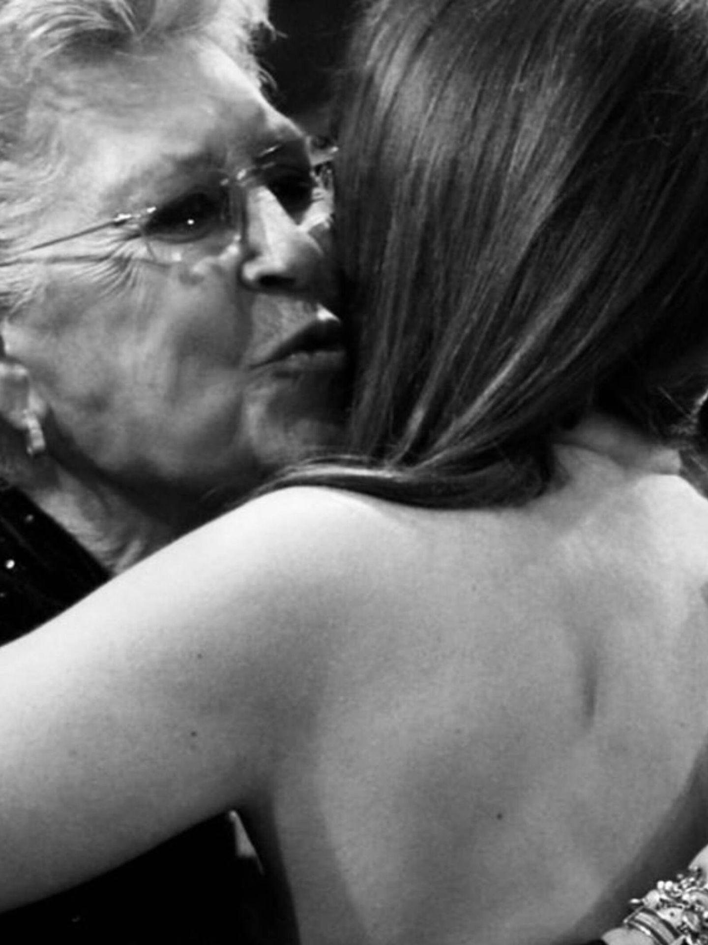 Penélope Cruz y Pilar Bardem, fundiéndose en un abrazo. (Instagram @penelopecruzoficial)
