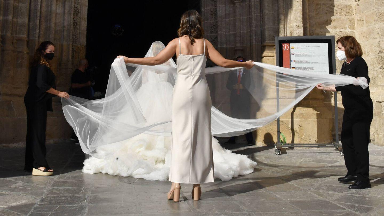 La novia entrando a la catedral de Sevilla. (Gtres)