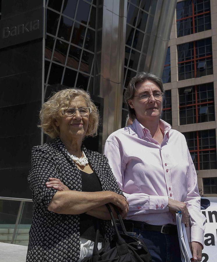Foto: La alcaldesa Manuela Carmena, junto a la concejal de Vivienda, Marta Higueras, tras entrevistarse con el presidente de Bankia. (EFE)