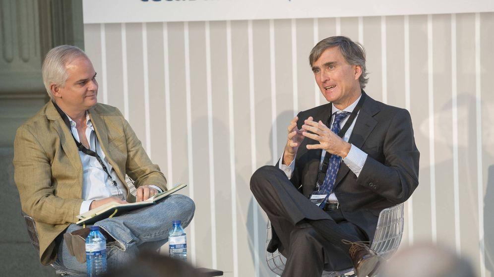 Foto: Alberto Artero, director general de El Confidencial (i), y Francisco García Paramés. (EC)