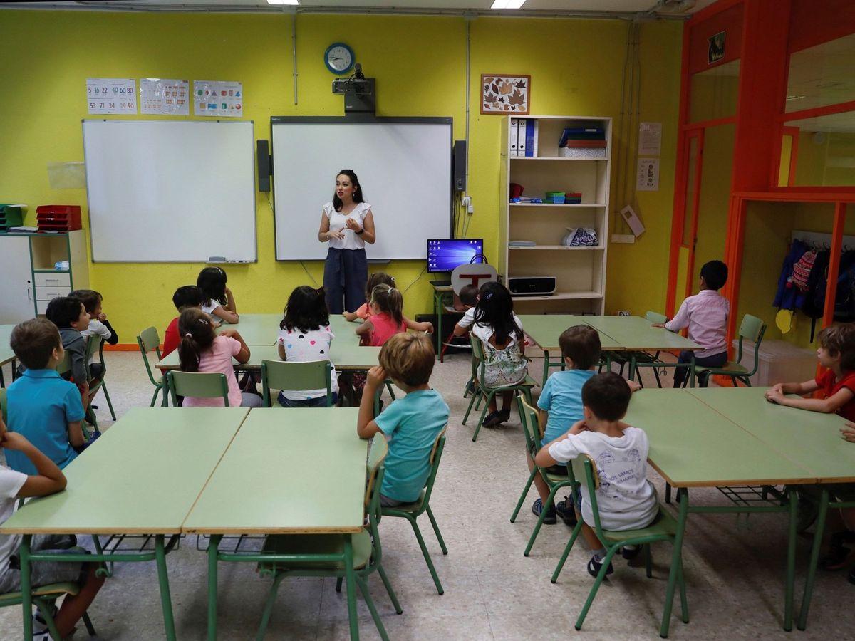 Foto: Unos niños atienden a su profesora en un colegio público. (EFE)