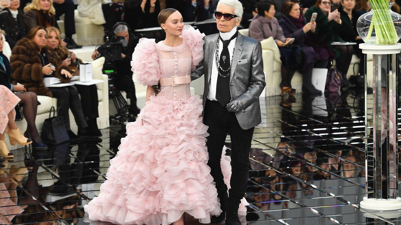 Lily-Rose Depp y Karl Lagerfeld, durante el desfile de alta costura de Chanel en 2017. (Getty)