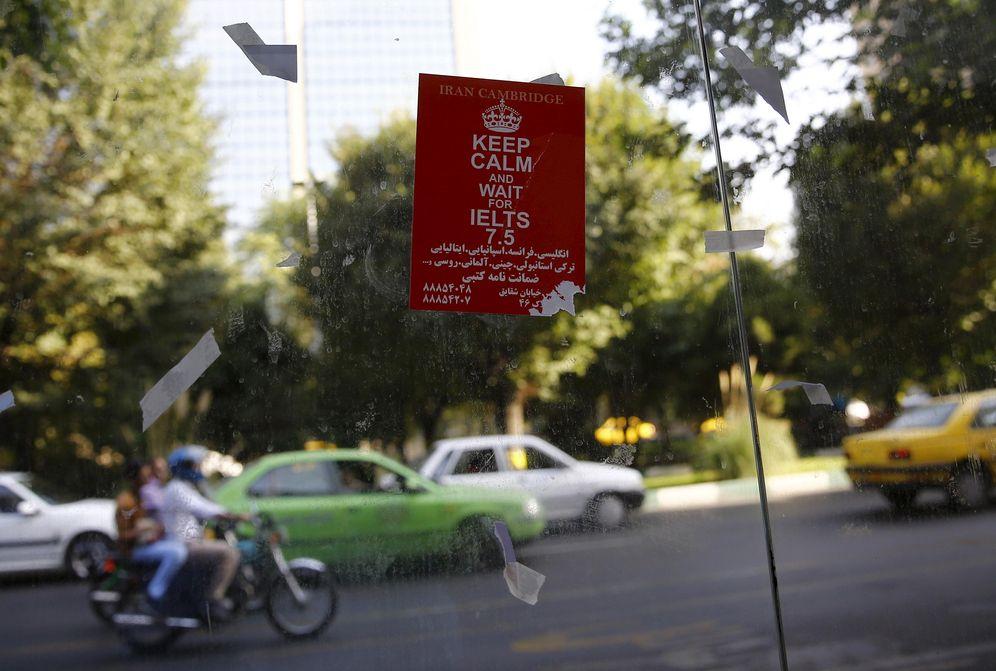 Foto: Un cartel sobre un sistema de pruebas de inglés en un parada de autobús de Teherán, el 24 de agosto de 2015 (Reuters).