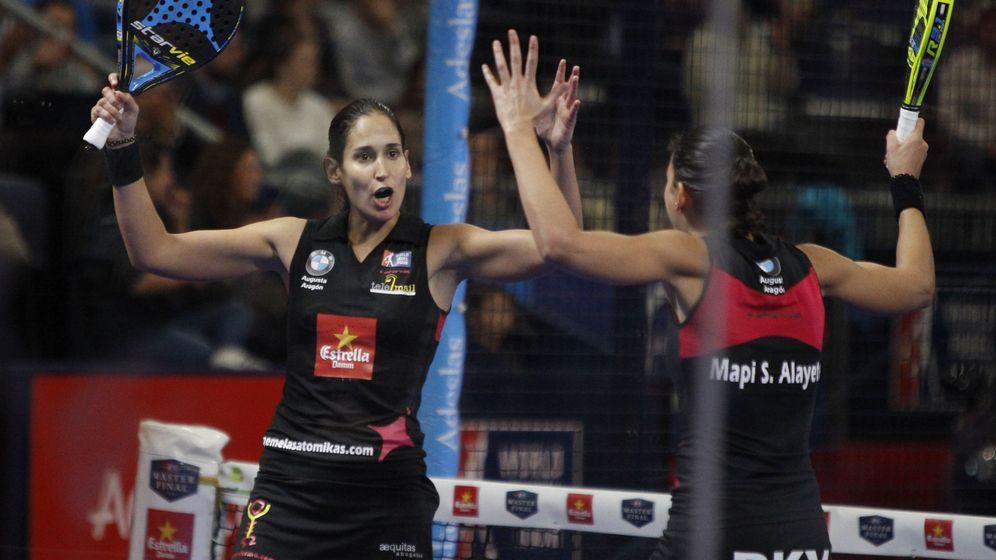 Foto: Las hermanas Mapi y Majo Sánchez Alayeto celebran su victoria en el partido de semifinal del Master Final (Javier López/EFE)