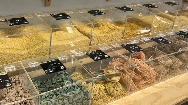 Lineal de pasta a granel en el supermercado Yes Future (Jose Luis Gallego)