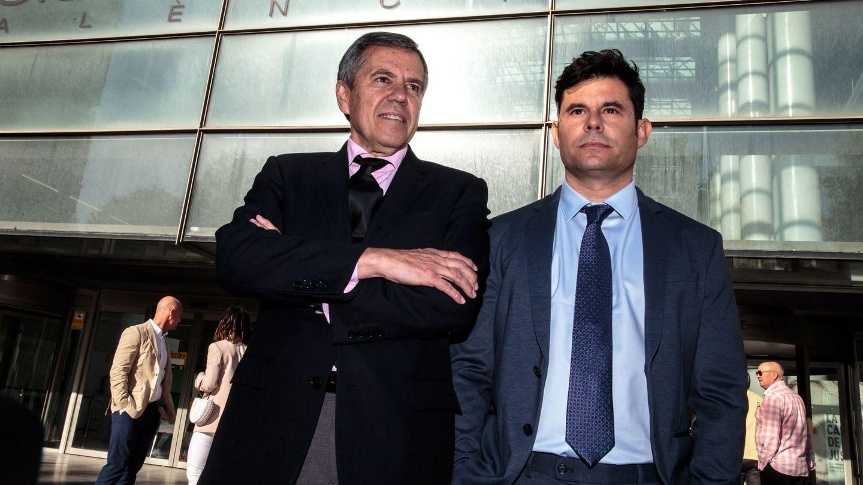 Javier Sánchez-Santos junto a su abogado. (EFE)