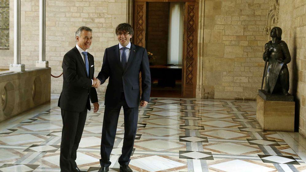 Foto: Carles Puigdemont, y el 'lehendakari', Iñigo Urkullu, antes de la reunión que mantuvieron el pasado mes de junio en el Palau de la Generalitat. (EFE)