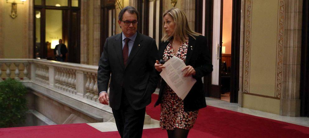 Foto: El presidente de la Generalitat, Artur Mas (i), acompañado de la vicepresidenta, Joana Ortega (d) (Efe)