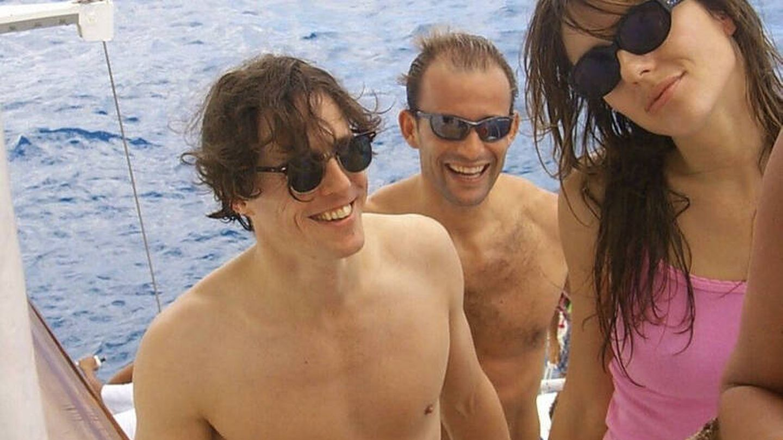 Kyril posa entre Hugh Grant y Liz Hurley. (Instagram @giancarlogiammetti)