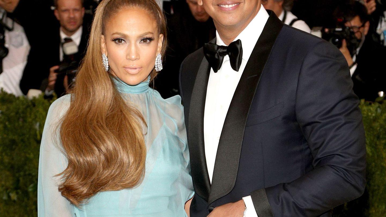 Jennifer Lopez con su premetido Álex Rodríguez de nuevo de Valentino. (EFE)