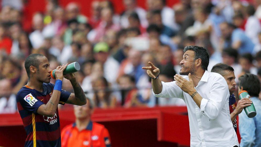 Foto: Luis Enrique da instrucciones a Neymar durante un partido (Reuters).