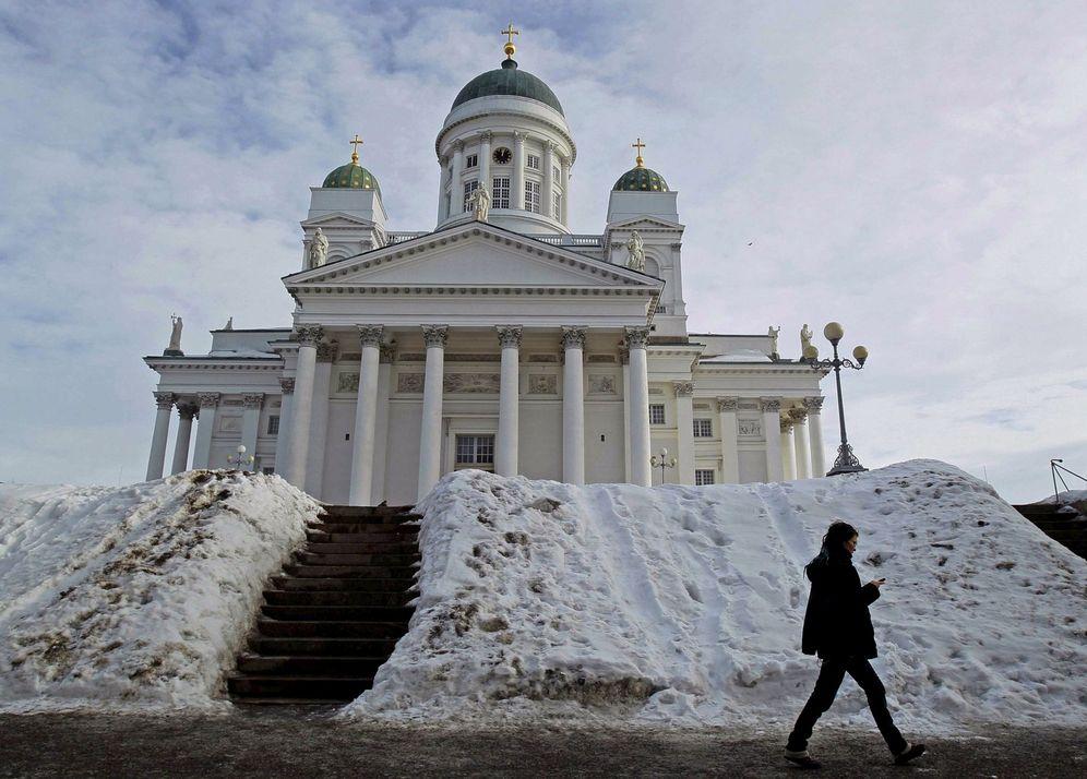 Foto: Una mujer pasa delante de la catedral de Helsinki, Filland (Reuters)