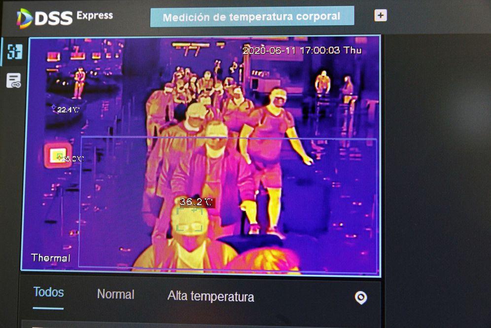 Foto: Una pantalla muestra un control de temperatura en el aeropuerto Adolfo Suárez Madrid-Barajas, el pasado 11 de junio. (EFE)