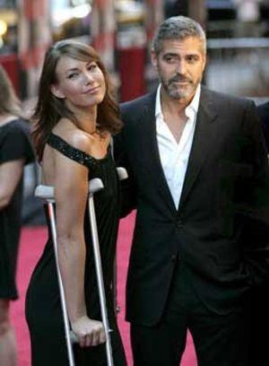 George Clooney cumple su promesa y vuelve a montar en moto tras accidente