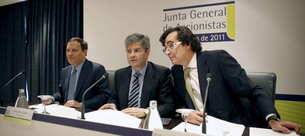 Foto: El presidente de Martinsa-Fadesa, Fernando Martín (c), acompañado del vicepresidente, Antonio Martín Criado (i), y el secretario del Consejo de Administración, Ángel Varela. (Efe)