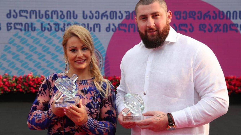 Foto: Lydia Valentín y Lasha Talakhadze posan con sus premios en la gala de la IWF celebrada este lunes en Tiflis (Georgia). (Foto: IWF)