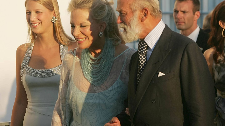 Lady Gabriella con sus padres, los príncipes de Kent, en la boda de Nicolás de Grecia. (Getty)