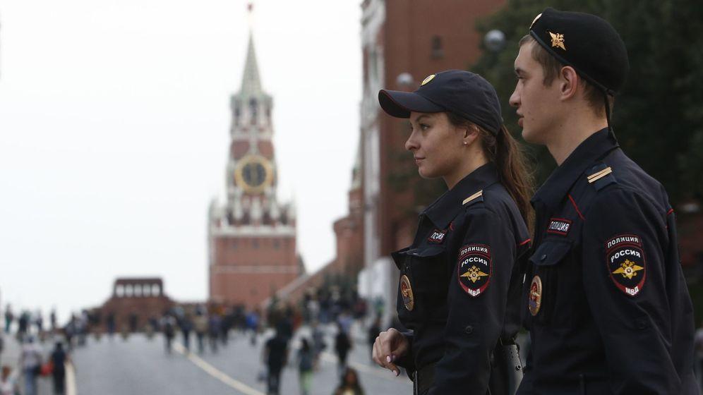 Foto: Oficiales del Ministerio del Interior patrullan la Plaza Roja de Moscú, hoy, 13 de septiembre de 2017. (Reuters)