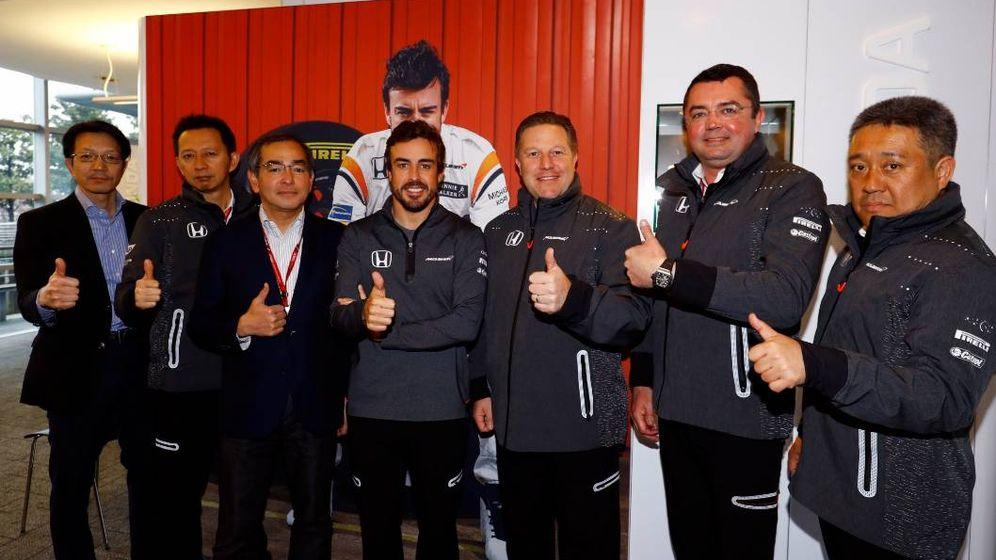Foto: Miembros de Honda y McLaren rodean a Fernando Alonso para hacer público el anuncio. (Foto: McLaren)