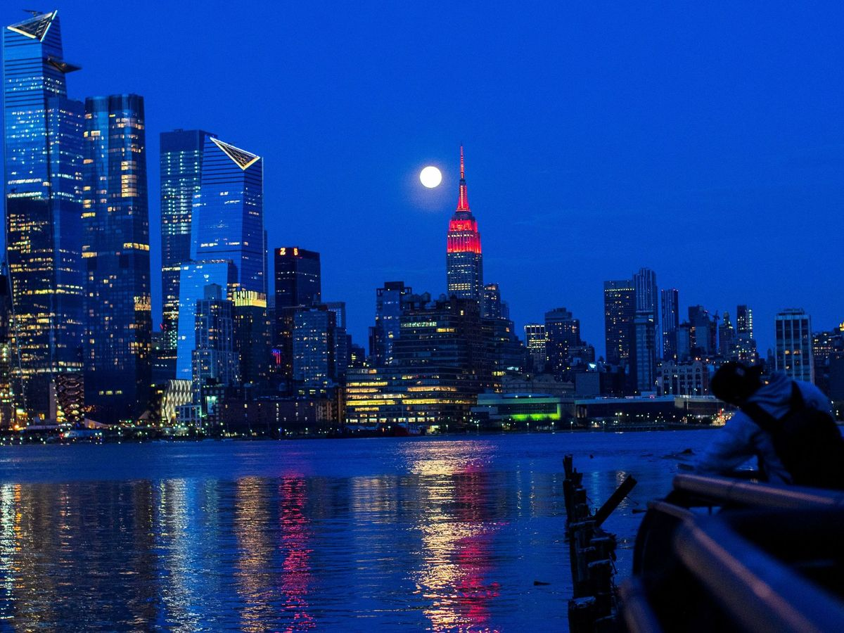 Foto: El Empire State teñido de rojo por el Covid-19. (Reuters)