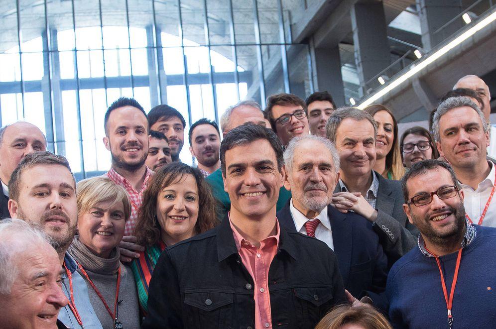 Foto: Sánchez, con el exlíder castellanoleonés Demetrio Madrid (con corbata roja) y Zapatero, el pasado 18 de marzo en la escuela de gobierno del PSOE. (Borja Puig | PSOE)