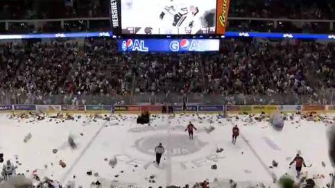 Lluvia de 34.798 ositos de peluche en un partido de hockey en Pensilvania